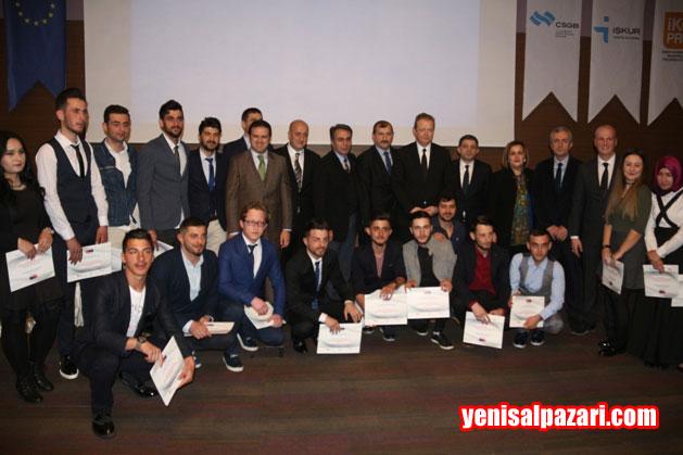 Vali Yücel Yavuz AB Projesi'nde yetişen ahşap ustalarına sertifikalarını dağıttı