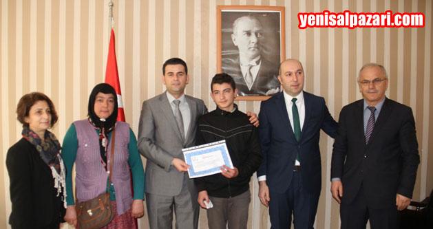 Gökçeköy Ortaokulu Muhammet Ali Muhçu ödülünü alırken