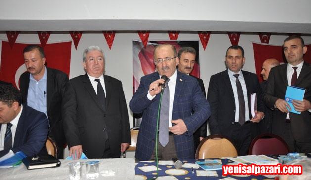 2 buçuk saat süren toplantı sonunda Muhtarlar Büyükşehir Belediye Başkanı Gümrükçüoğlu'nu ayakta alkışladı