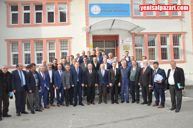 Trabzon Büyükşehir Belediye Başkanı Gümrükçüoğlu toplantıdan sonra Atatürk Ortaokulu önündeki merdivenlerde katılımcılarla birlikte toplu fotoğraf çektirdi
