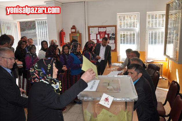 Doğancı İlk ve Ortaokulu'nda seçmenler oy kullanırken