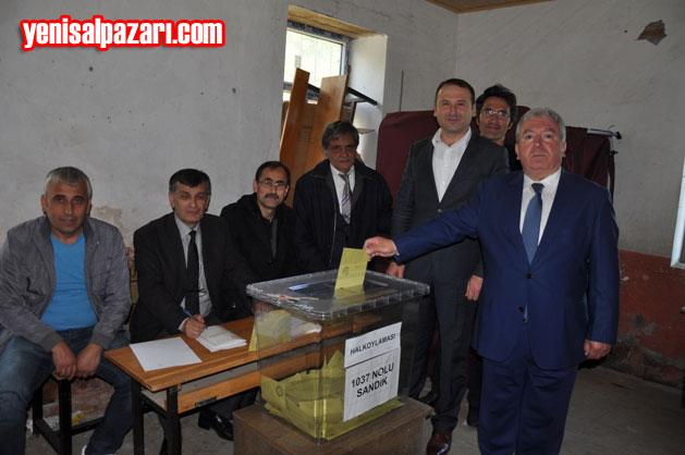 AK Parti Şalpazarı İlçe Başkanı Murat Topkara, Referandum oyunu Üzümözü Mahallesi'ndeki 1037 No'lu sandıkta kullandı.