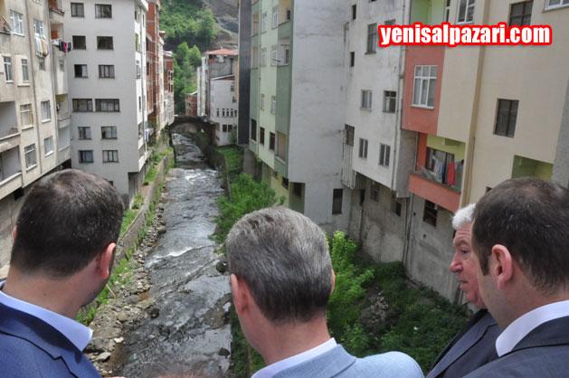 """Milletvekili Salih Cora, Sugören Deresi üzerindeki Köprü'den geçerken, Şalpazarı Belediye Başkanı Refik Kurukız'dan, """"Dere Projesi"""" hakkında bilgi aldı"""