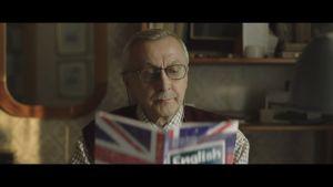 abuelo aprendiendo inglés