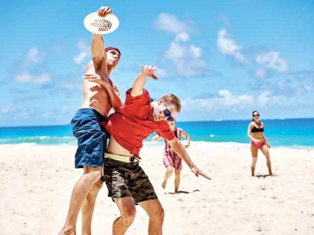 Frisbee at the beach leyes curiosas