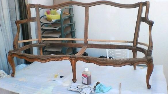 השלד של הספה מורכב מחדש כולל התומכות והפינות