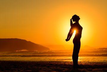 yoga sur la plage coucher de soleil