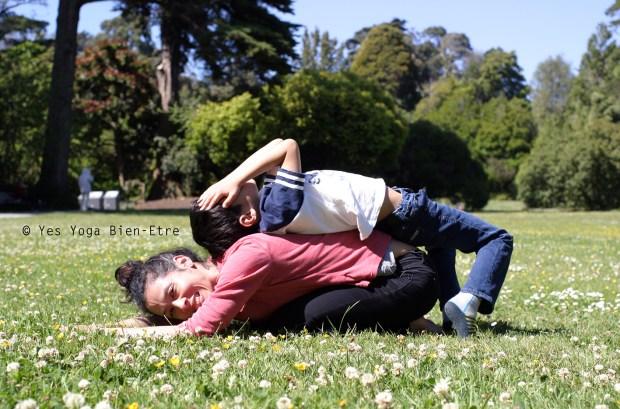 yoga avec enfants lezard et caillou