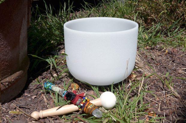 Bol Chantant en cristal jardin avec maillet et baguette chamanique