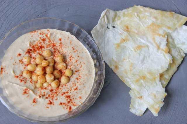 Hummus recept - traditionele hummus met laffa (platbrood)