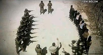 Des soldats israéliens formant un peloton dexécution devant un groupe de Palestiniens