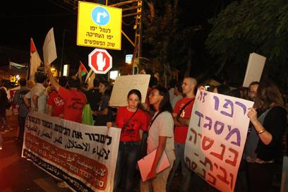 """מפגינים, הערב ביפו. """"ערבים ויהודים נגד כל המתנחלים"""" (צילום: עופר עמרם)"""