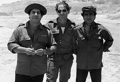 הגששים גברי בנאי (מימין) ושייקה לוי (משמאל) כצוות בידור בגזרה המזרחית
