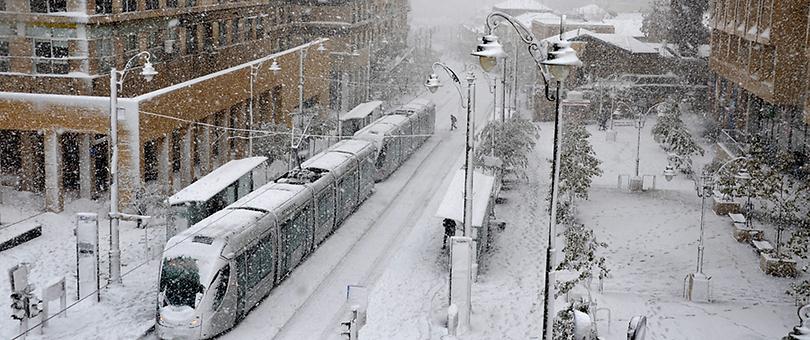 שלג על הרכבת הקלה (צילום: אריאל וולק)
