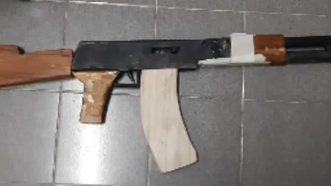 Amiroli Ali había fabricado una réplica del rifle Kalashnikov para entrenar.