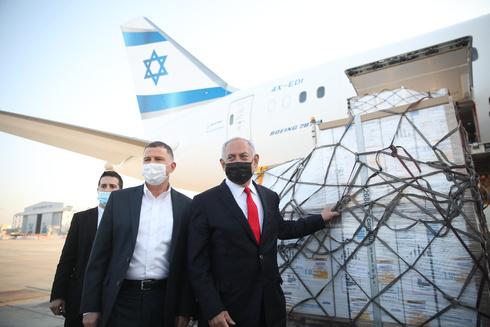 El ministro de Salud, Yuli Edelstein, y el primer ministro Benjamín Netanyahu, junto a un envío de vacunas de Pfizer, en enero de 2021.