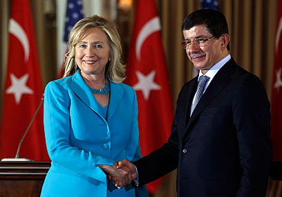 Clinton and Davutoglu (Photo: Reuters)