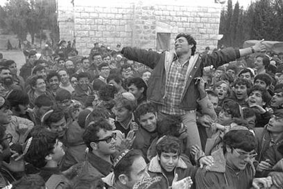 Hanan Porat on supporters' shoulders