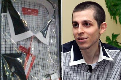 מימין: שליט בראיון לטלוויזיה המצרית. משמאל: החולצות למכירה (צילום: EPA)