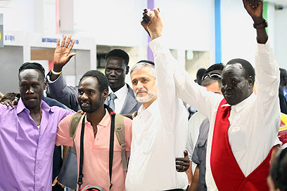 Minister Yishai with migrants at airport (Photo: Moti Kimchi)