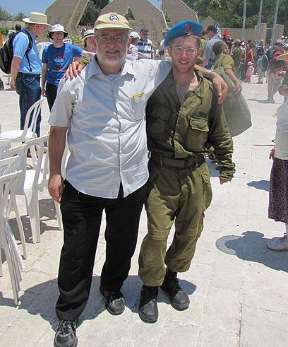 Le caporal Netanel Yahalomi et son père