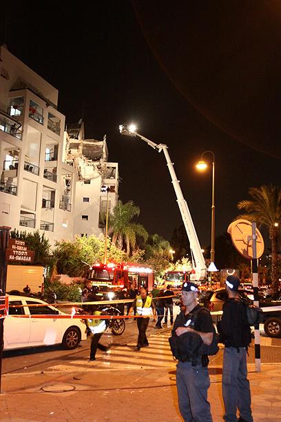 """הפגיעה בראשון לציון. """"ישראל תחשוב פעמיים"""" (צילום: אבי מועלם)"""