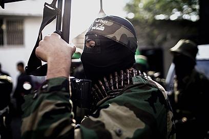 חמאס חוגג ניצחון. הלוויית מחבל חמאס שנערכה בשבת  (צילום: AFP)