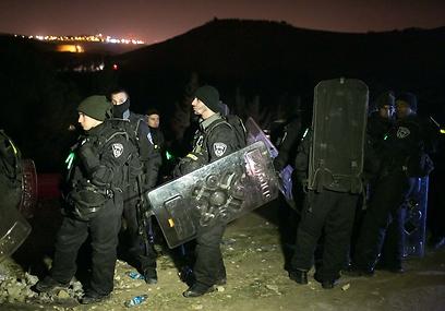 כוחות צבא ומשטרה בשטח, אחרי הפינוי (צילום: אוהד צויגנברג)
