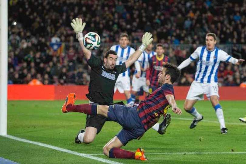 FC Barcelona logró adelantarse en las semifinales de la Copa del Rey, al imponerse este miércoles 2-0 a Real Sociedad, donde juega el mexicano Carlos Vela, en partido disputado en el Camp Nou. Foto Notimex