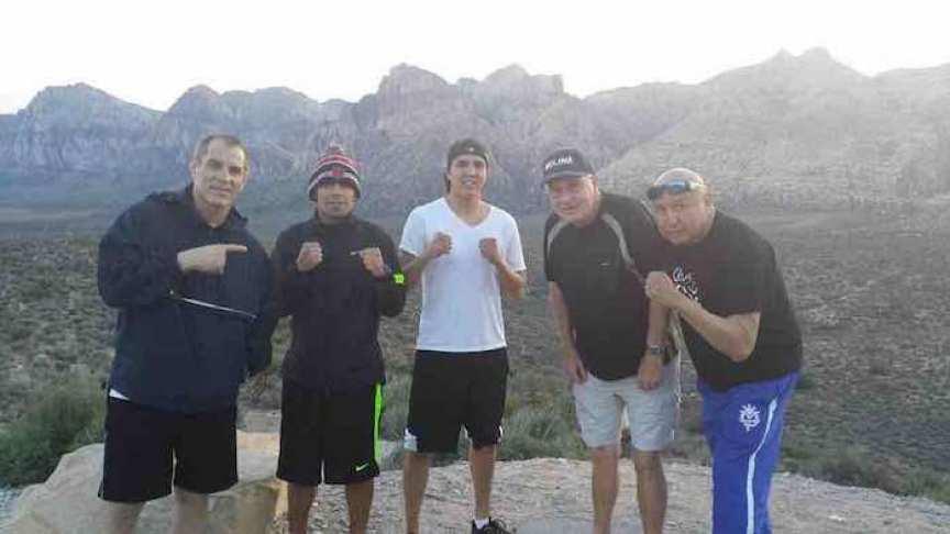 Carlos Molina, segundo de izquierda a derecha, junto a su entrenador Victor Mateo a la izquierda de la foto. Foto tomada del Facebook de Molina