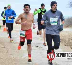 Corren 10 millas con frío frente al lago lakefront 10 miler