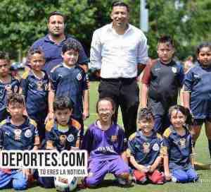 Pollo Cris Cris busca niños y adultos para jugar futbol en Chicago