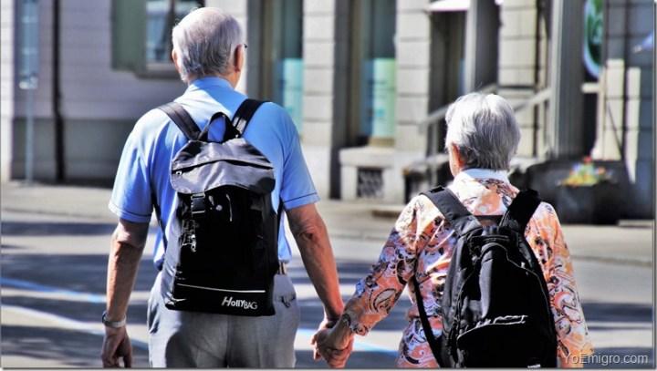 ancianos-caminando