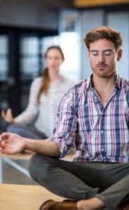 Cours de yoga pour entreprises - Yoga-Nest - deux personnes professionnels qui font de yoga entreprise