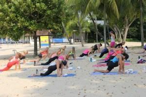 Ateliers de Yoga chez Yoga-Nest avec Laurence - atelier yoga à l'extérieur - Yoga shop boutique