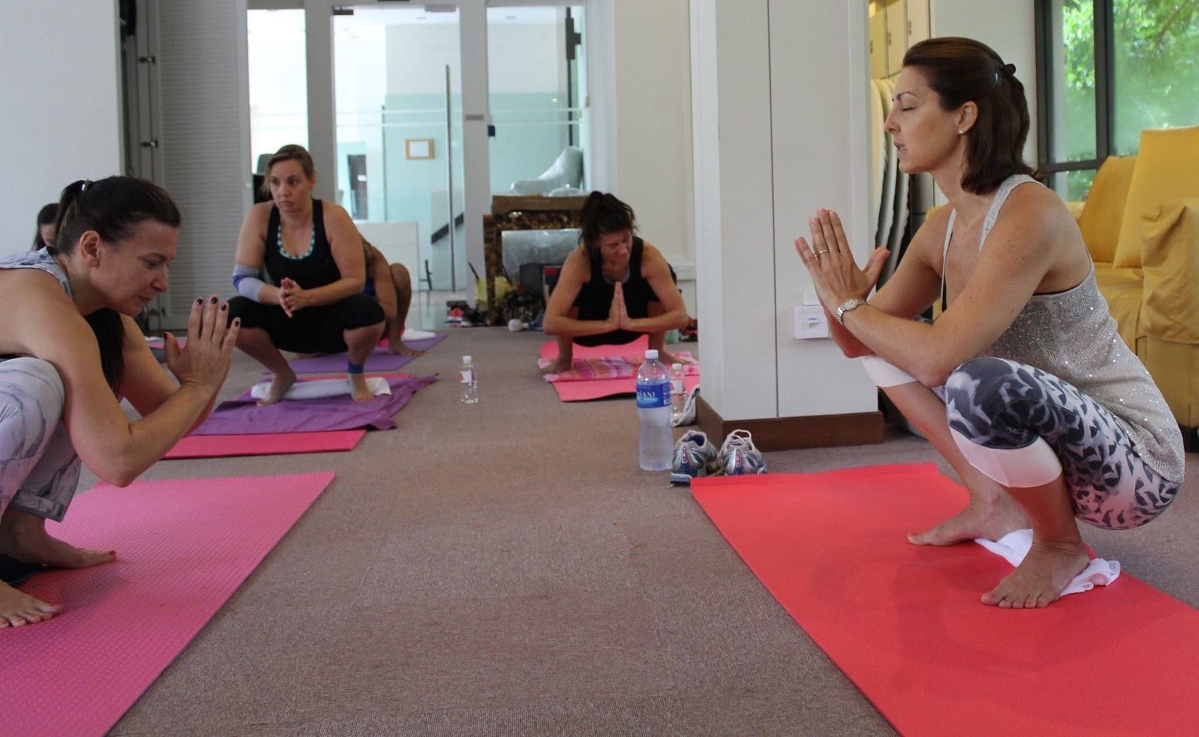 Position de yoga lors d'un atelier avec Yoga-Nest - tous nos ateliers workshops yoga à Genève Geneva sur notre site web - boutique Yoga shop