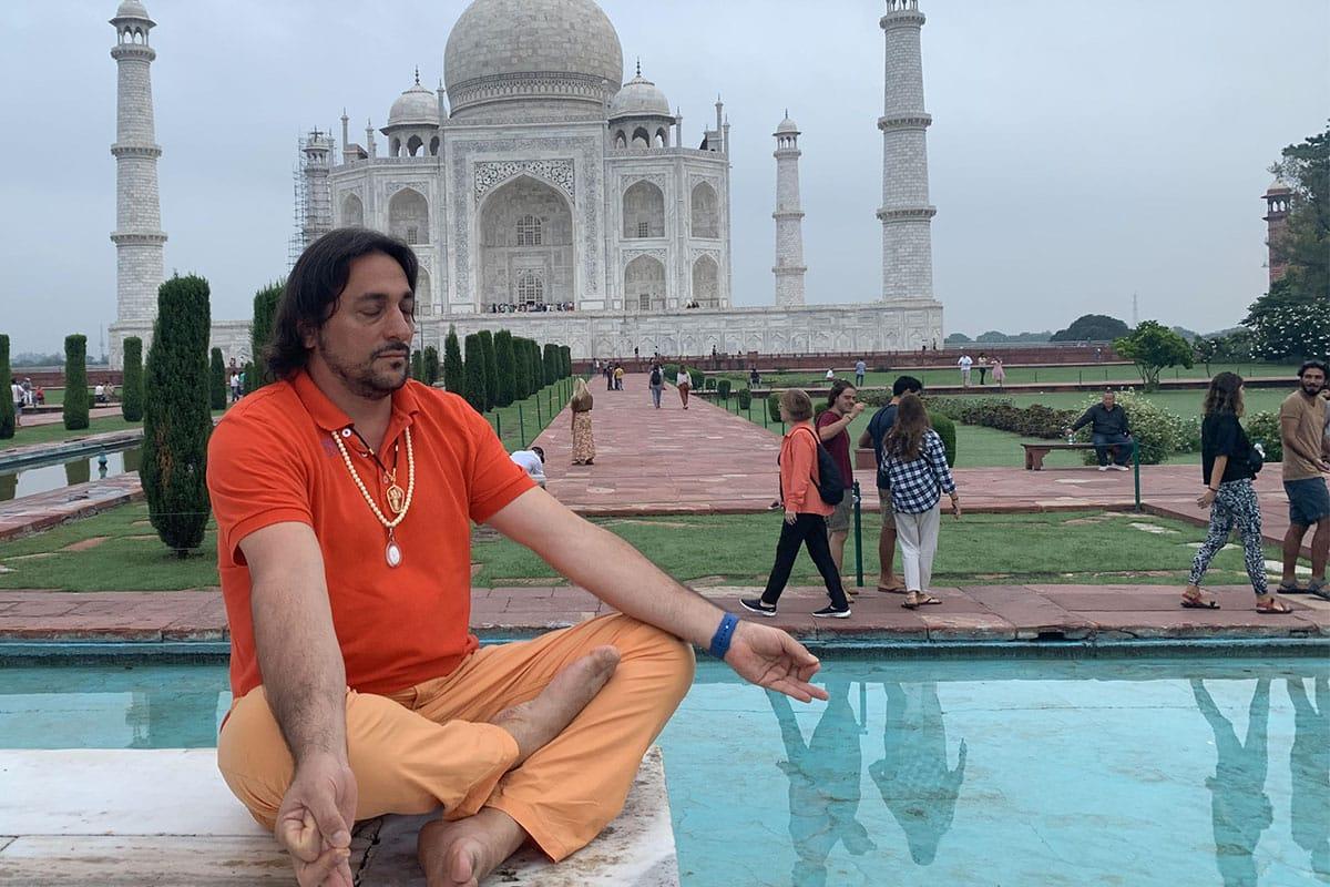 Swami Giri Amrirananda (Davide R. Diesi) in meditazione nel giardino del Taj Mahal | AGRA 2019