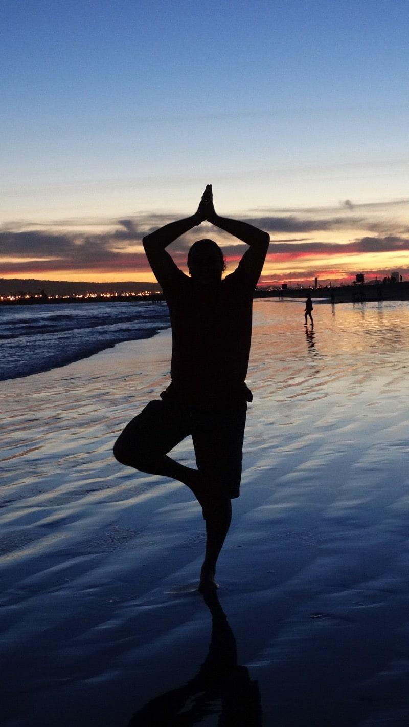 Davide R. Diesi in posizione dell'albero (Vrksasana) sulla spiaggia West Cost di Encinitas | U.S.A.