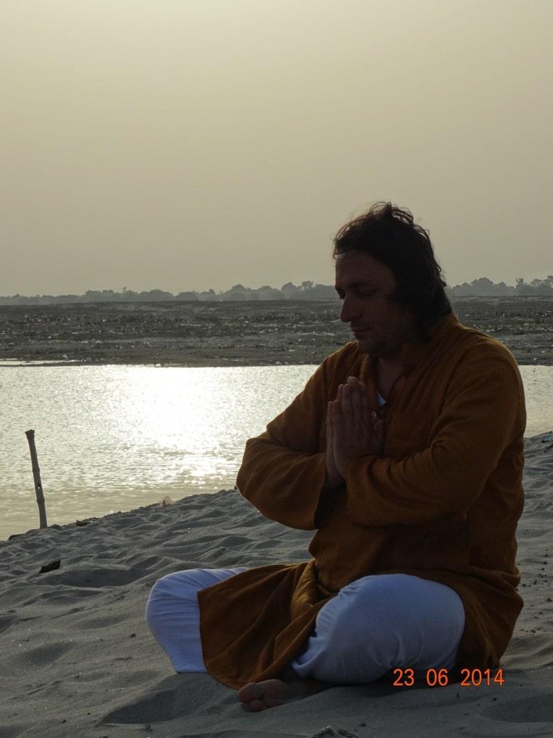 Davide R. Diesi (Swami) in meditazione Namaskara sulle sponde del Gange a Varanasi