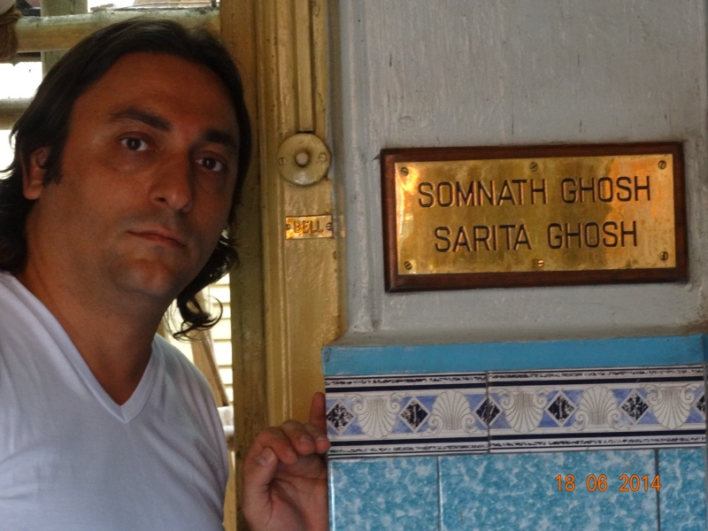 Davide R. Diesi (Swami) davanti all'ingresso della casa di Yogananda a Kolkata