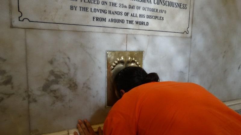 Davide R. Diesi (Swami) in pranam su tomba di A.C. BHAKTIVEDANDA SWAMI PRABHUPADA