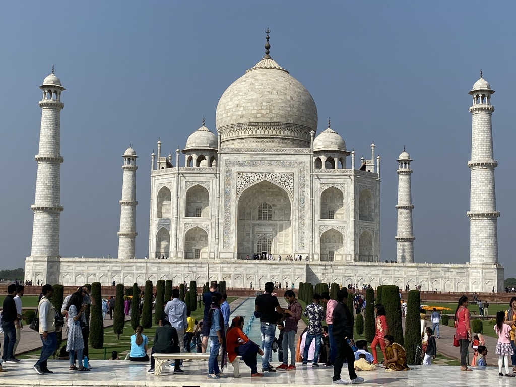 Taj Mahal è un mausoleo, situato ad Agra, nell'India settentrionale (stato di Uttar Pradesh), costruito nel 1632 dall'imperatore moghul Shāh Jahān