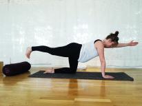 Kvinna utövar position i gravidyoga