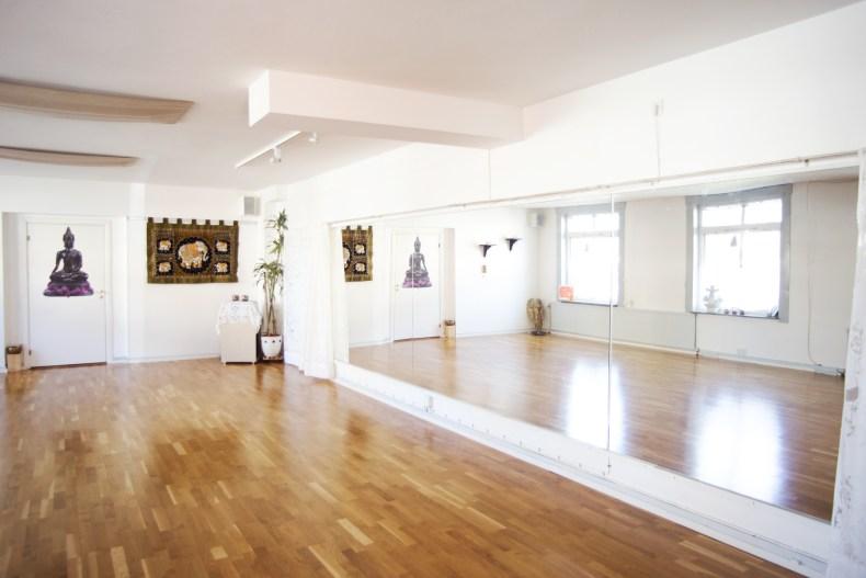 Spegelvägg och parkettgolv i huvudlokalen på Yogakällan