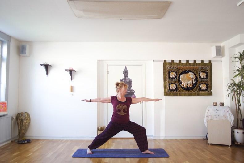 Yogalärare står i position i samayoga