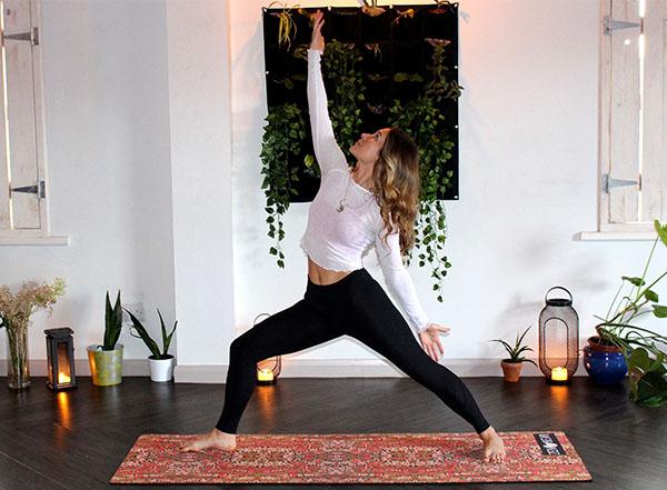 yoga à la maison femme en posture du guerrier