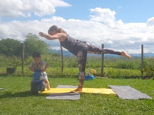 yoga avec enfant qui dérange la posture de tuladandasa en passant avec sa moto
