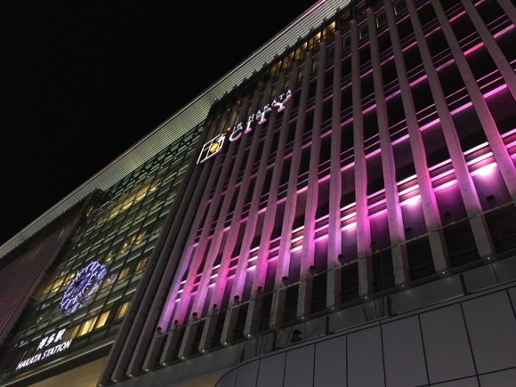 博多駅の壁面もさくら色にライトアップ