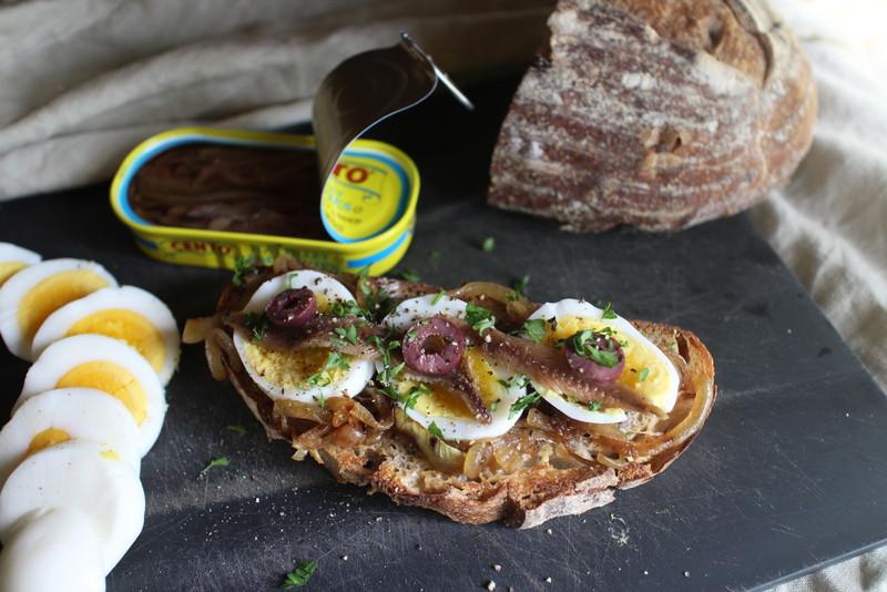 ピンチの時に、アンチョビとゆで卵のオープンサンド