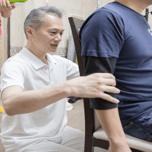 戸栗が開発したオリジナル検査法、アーム・フィンガー・ダウジングを行っている画像です。患者さんの腕を使ってダウジングのように検査をして行きます